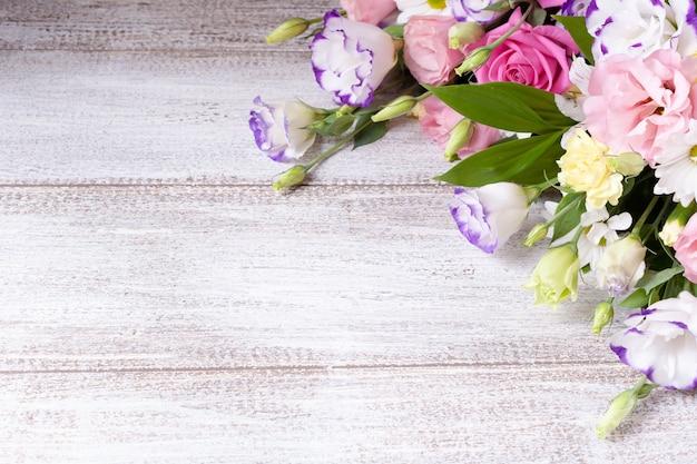 Открытка из цветочной композиции из роз, ромашек, лизиантусов, хризантем