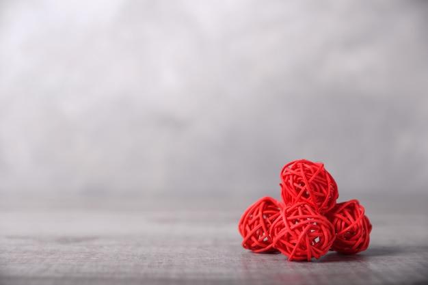 День святого валентина поздравительных открыток с сердцем на фоне деревянных и подарков. с пространством для ваших текстовых поздравлений