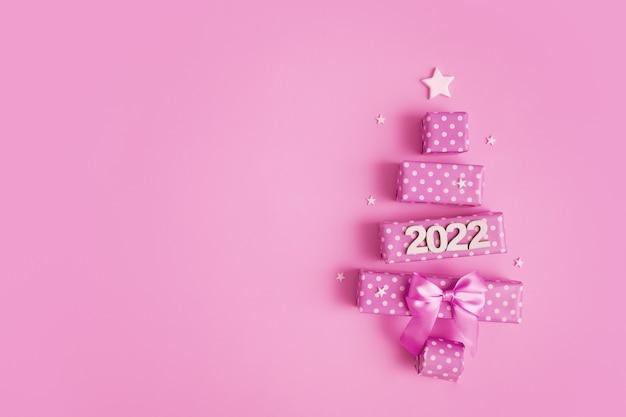 메리 크리스마스와 n을 위한 선물 상자와 숫자로 만들어진 추상 크리스마스 트리가 있는 인사말 카드