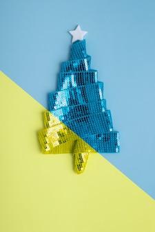 메리 크리스마스와 h를 위한 리본으로 만든 추상적인 반짝이는 파란색 노란색 크리스마스 트리가 있는 인사말 카드