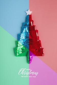 메리 크리스마스와 새로운 리본으로 만든 추상적이고 화려한 크리스마스 트리가 있는 인사말 카드