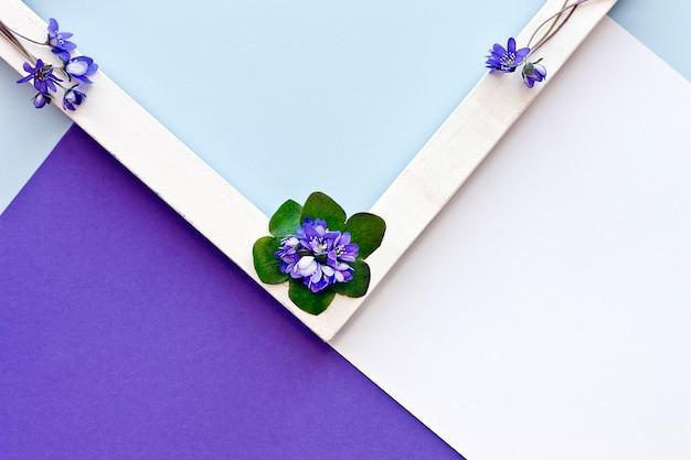 青い花とグリーティングカード。フラットフラットレイアウトのミニマリズムの幾何学模様。