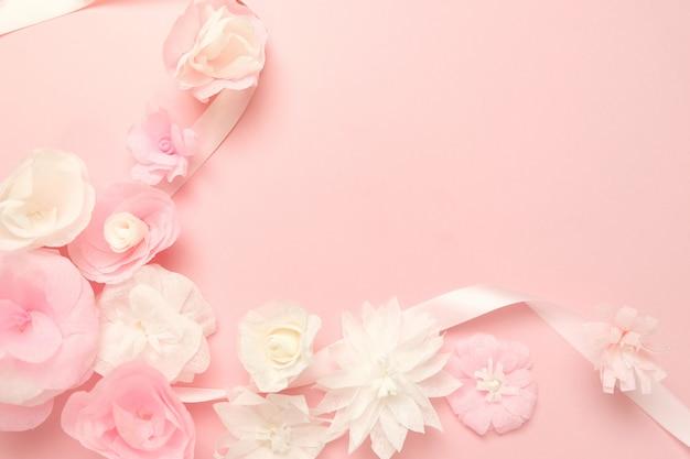 종이 꽃 장미 배경으로 인사말 카드입니다. 프리미엄 사진