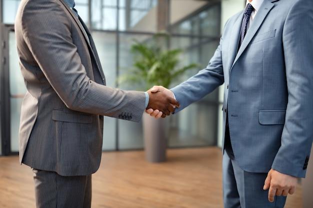 서로 인사. 협상 전에 서로 인사하는 비즈니스 파트너의 클로즈업