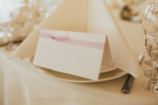 Поздравительные конверты на столе.
