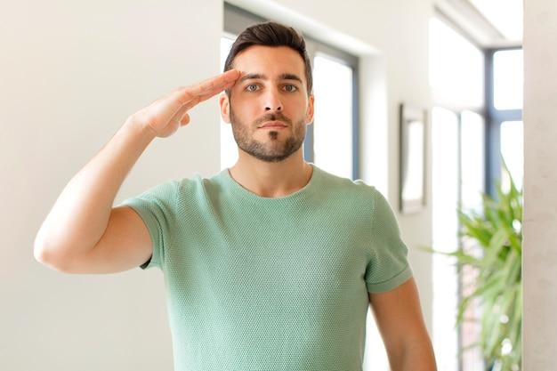 존경을 표시하는 명예와 애국심의 행동에서 군사 경례를 인사