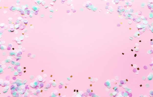 분홍색 배경에 반짝이와 색종이가 있는 결혼식이나 생일을 위한 인사말이나 초대 카드. 고품질 사진