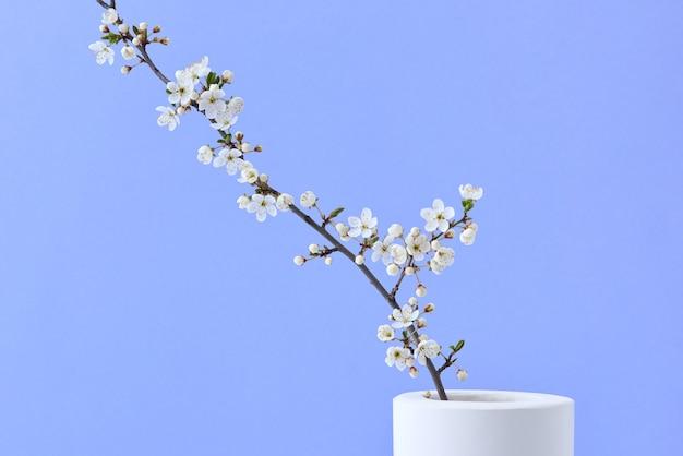 세라믹 꽃병에 자연적인 신선한 피는 벚꽃 꽃 분기 인사말 봄 카드