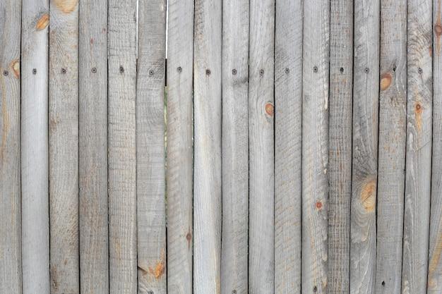 Серо-коричневый деревянный забор из реек