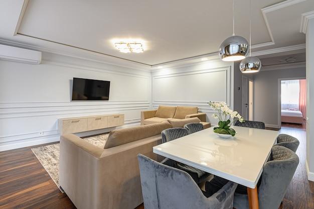 Серо-белый интерьер современной классической кухни выполнен в современном стиле