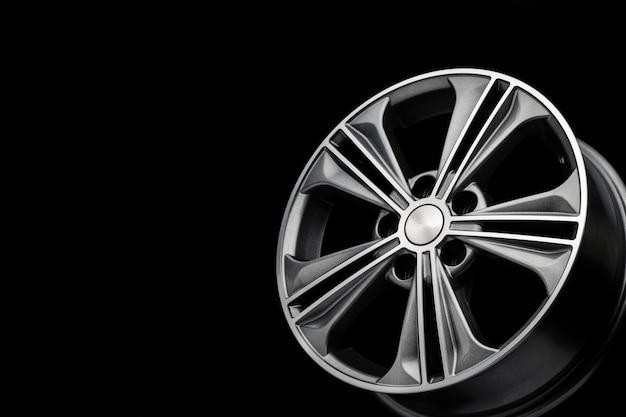 Серое красивое современное колесо из алюминиевого сплава, копия пространства