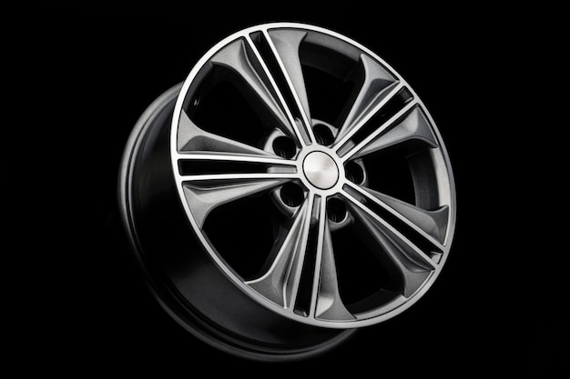 Серое красивое современное колесо из алюминиевого сплава