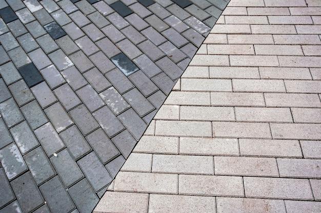 Серо-черные гладкие ряды серо-черные гладкие ряды тротуарной плитки на верхней части тротуарной плитки, взятой сверху