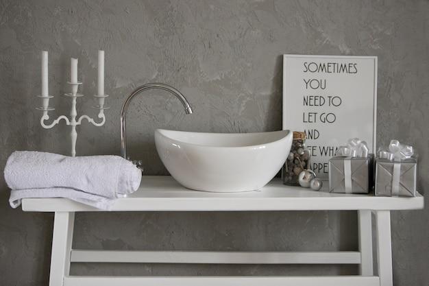 モダンなバスルームのインテリアに洗面台付きの灰色のキャビネット