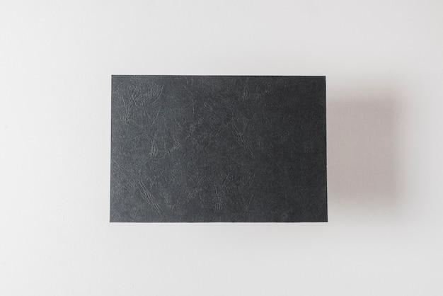 Серый карточная бумага, изолированных на белом фоне
