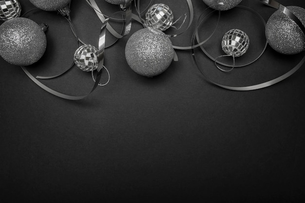 블랙 테이블에 회색 크리스마스 장식품