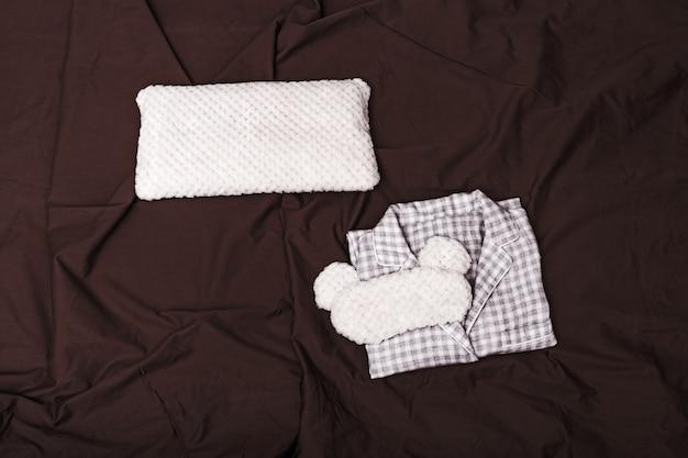 Серая уютная пижама для девочки и маска для глаз