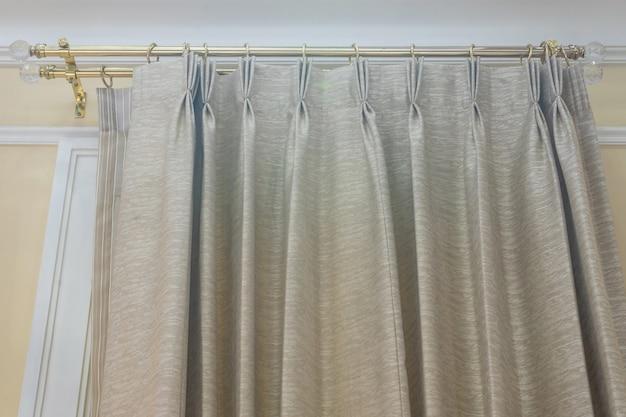 日光のあるリビングルームの灰色のカーテン室内装飾