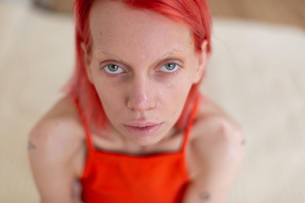 Сероглазая женщина. худая сероглазая женщина с рыжими волосами страдает анорексией и болью в животе