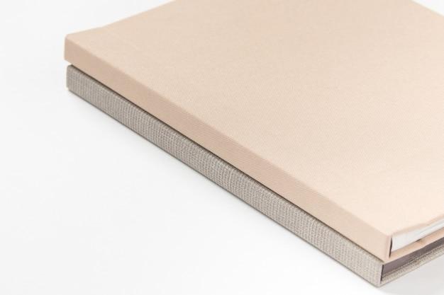 白い背景の上の灰色のハードカバーの本。閉じる