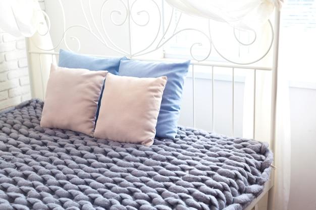 베개와 회색 니트 거대한 격자 무늬