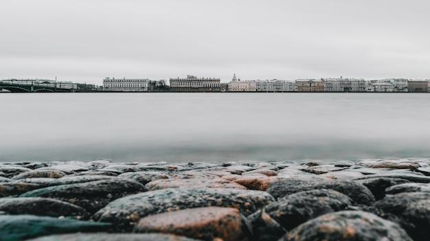 Серый поздней осенью панорамный вид на санкт-петербург. река нева, длинная выдержка.