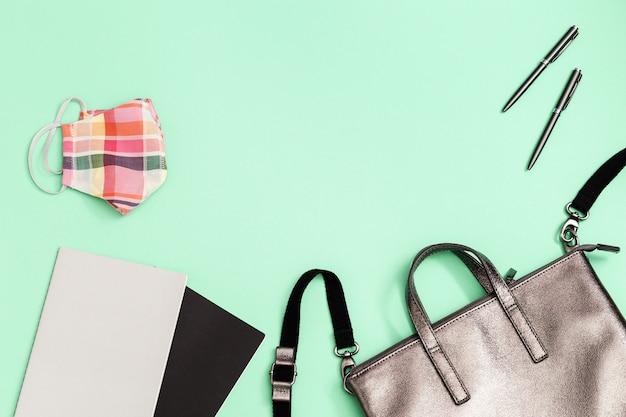 Серый кожаный рюкзак со школьными принадлежностями и маской