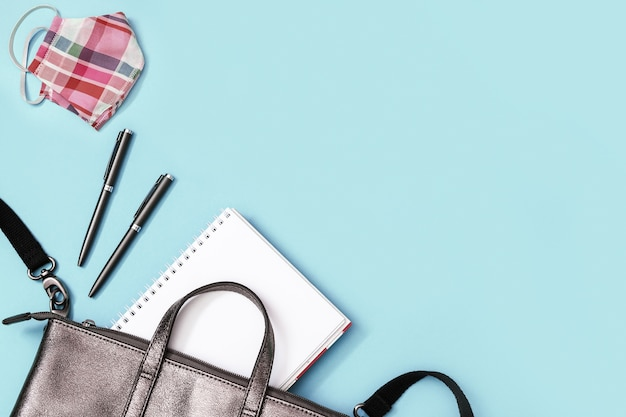 Серый кожаный рюкзак со школьными принадлежностями, маска для лица, тетради, ручки