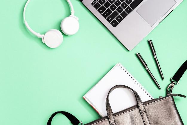 Серый кожаный рюкзак со школьными принадлежностями, тетради для ноутбука, белые ручки для наушников
