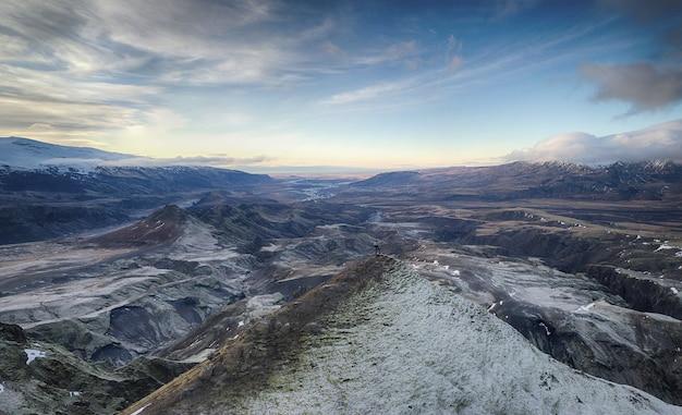 青い空の下の灰色の山々
