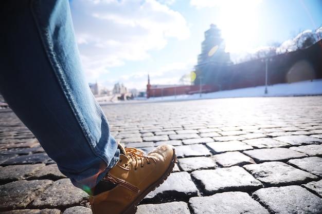 회색 포장 돌, 보행자 통로, 포장 도로가 닫혀 있고 질감, 위쪽 전망이 있습니다. 시멘트 벽돌 제곱 돌 바닥 배경입니다. 콘크리트 포장 슬래브. 포장용 석판