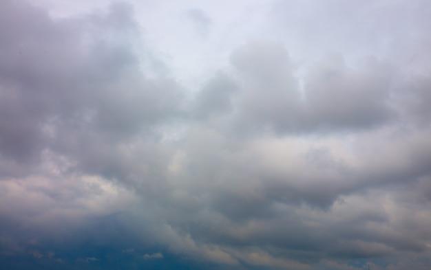 Серое небо с дождливыми облаками. эпическая природа.