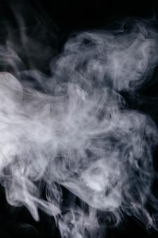 黒の背景に灰色の煙波