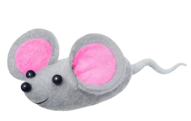 白い背景で隔離の大きなピンクの耳を持つ灰色の柔らかいマウスのおもちゃ