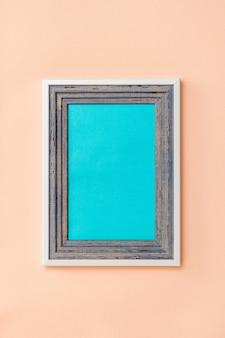 산호에 밝은 파란색과 회색 나무 프레임. 컬러 트렌드. 미니멀리즘. 사진 배치를 위해.