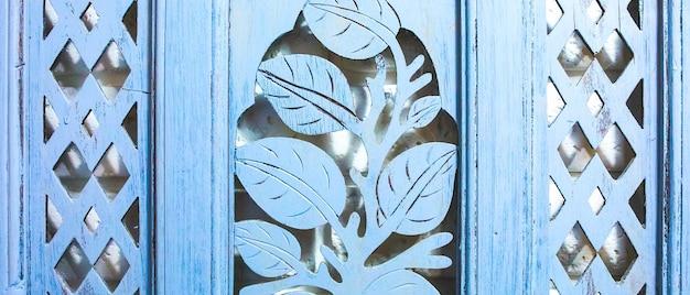 흰색 벽돌 질감 디자인에 회색 나무 침대. 로프트 휘게 인테리어. 머리판의 나무 천연 수제 패턴입니다.