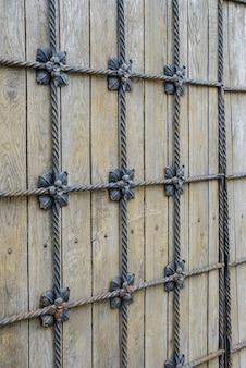 金属の装飾が施された灰色の木製の古い背景