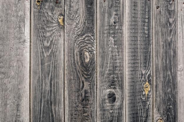 古い松の板で作られた灰色の木製の壁