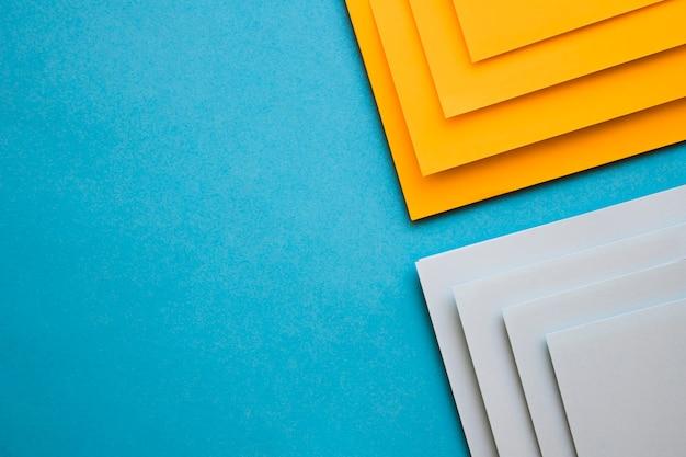 Carte di cartone grigio e giallo su sfondo blu