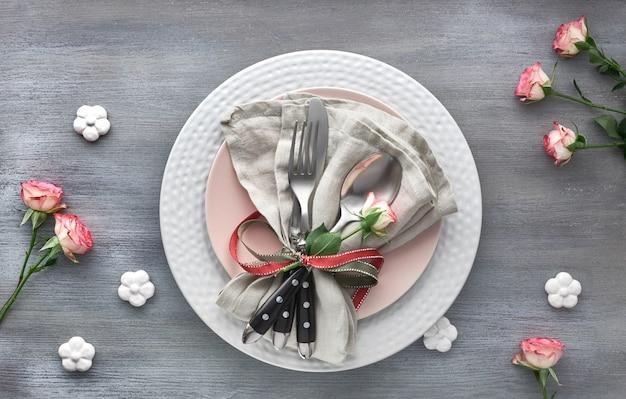 バレンタインの日、誕生日または記念日のテーブルの設定、greybackgroundのトップビュー