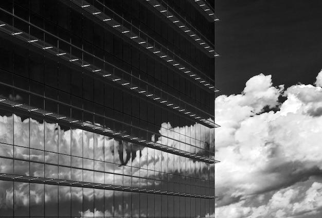 Riflessione di nuvole in scala di grigi in un edificio
