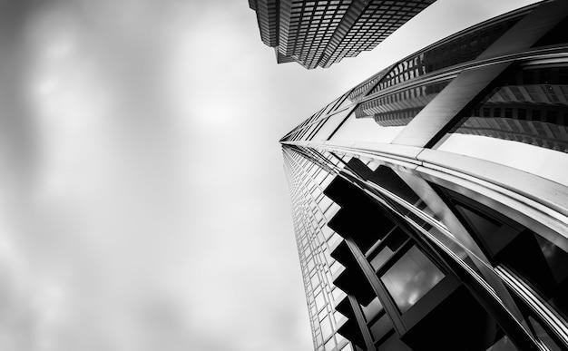 캐나다 토론토의 금융 지구에있는 고층 건물의 회색조 낮은 각도 샷