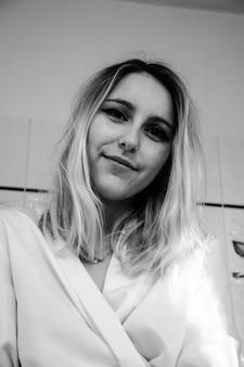 笑顔の女性のグレースケール写真