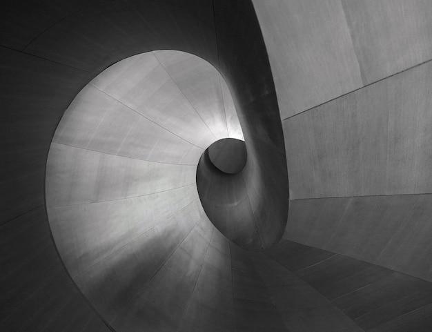 クリエイティブな背景に最適なユニークな建築のグレイスケールショット