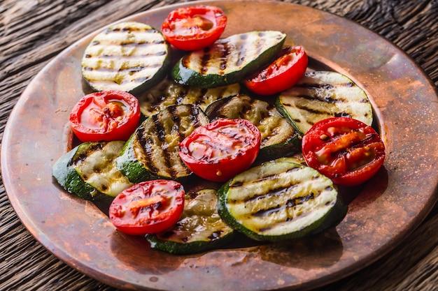 그릴드 제철 야채 토마토와 호박. 그릴 음식.