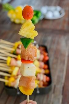 自宅でのグリルとバーベキューパーティー。バーベキューポーク、ビーフ、チキン、シーフード、野菜の調理。家族のライフスタイルと友人の野外活動。
