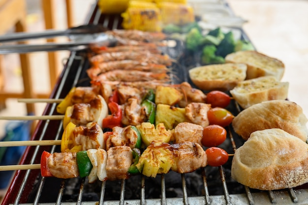 집에서 그릴과 바베큐 파티. 바베큐 돼지고기, 쇠고기, 닭고기, 해산물 및 야채 요리. 가족의 생활 방식과 친구의 야외 활동.