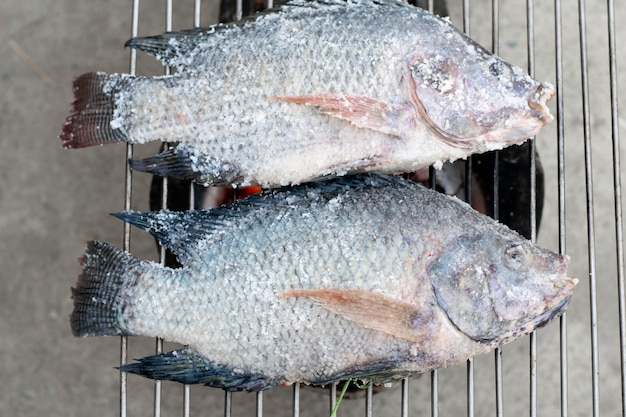 Жарить рыбу на плите