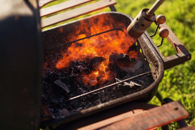 Гриль освещается ручной газовой горелкой.