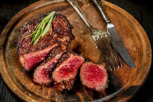 소금 후추와 로즈마리로 육즙이 풍부한 쇠고기 스테이크 굽기